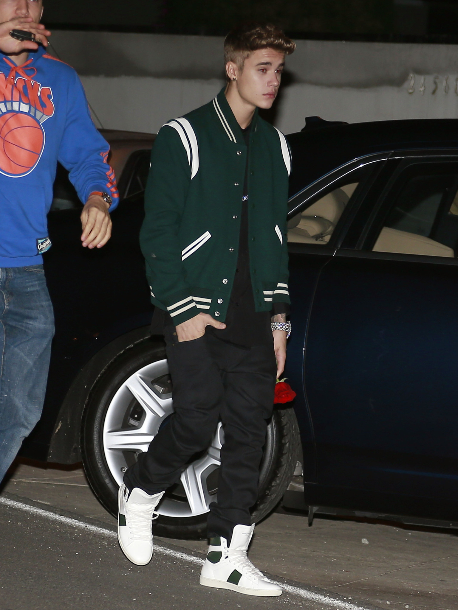 Justin Bieber Brings Selena Gomez A Single Red Rose At Her Birthday Party Photo Huffpost