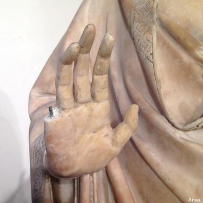 statua danneggiata
