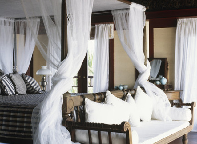 9 reasons why four poster beds aren 39 t just for bed and - Letto a baldacchino antico ...