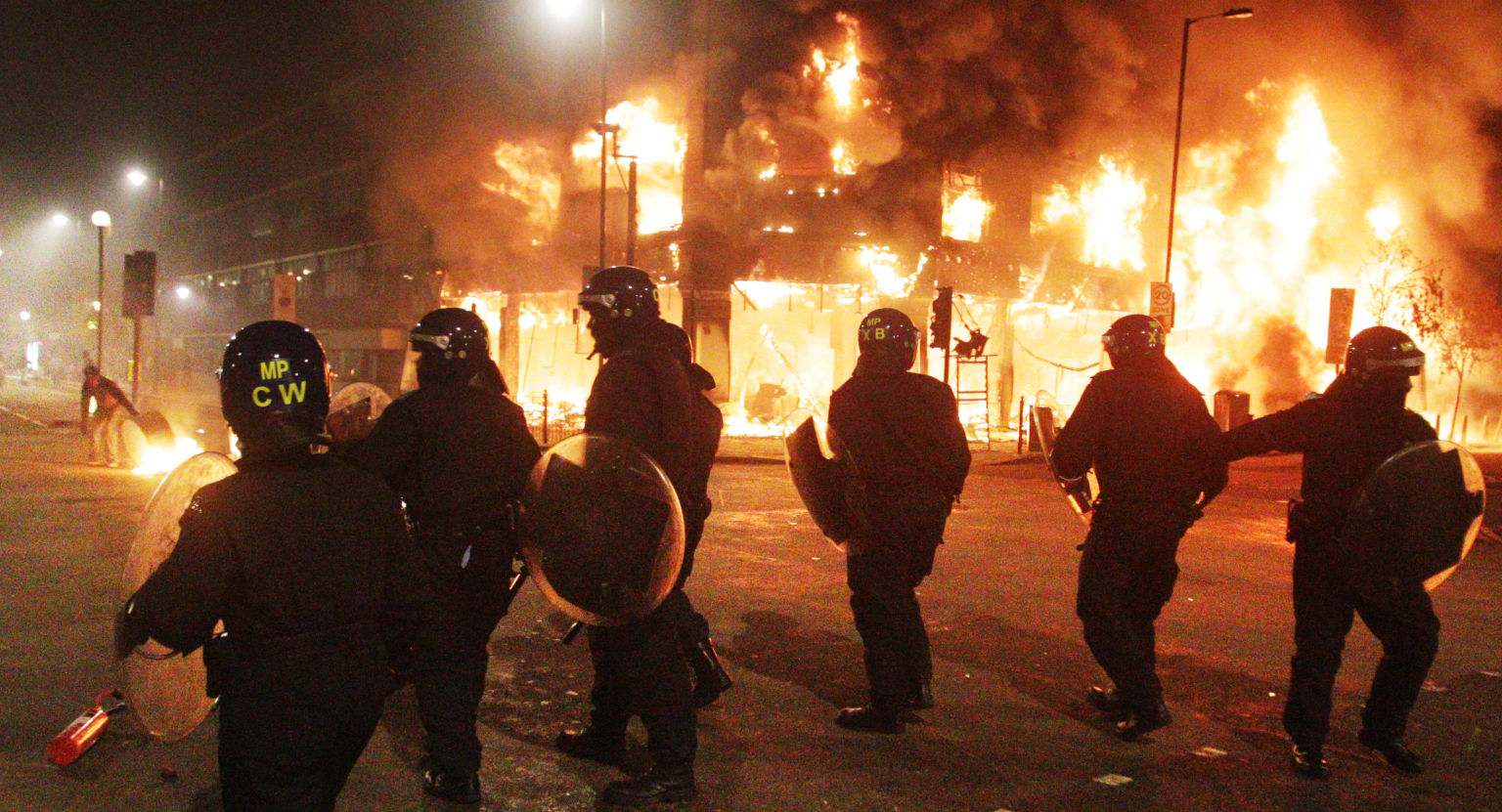http://i.huffpost.com/gen/1283124/images/o-LONDON-RIOTS-facebook.jpg