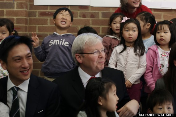 kevin rudd photobomed