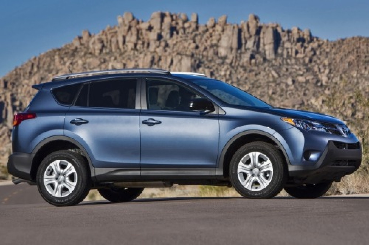 toyota rav4 prueba de manejo la suv por excelencia huffpost. Black Bedroom Furniture Sets. Home Design Ideas