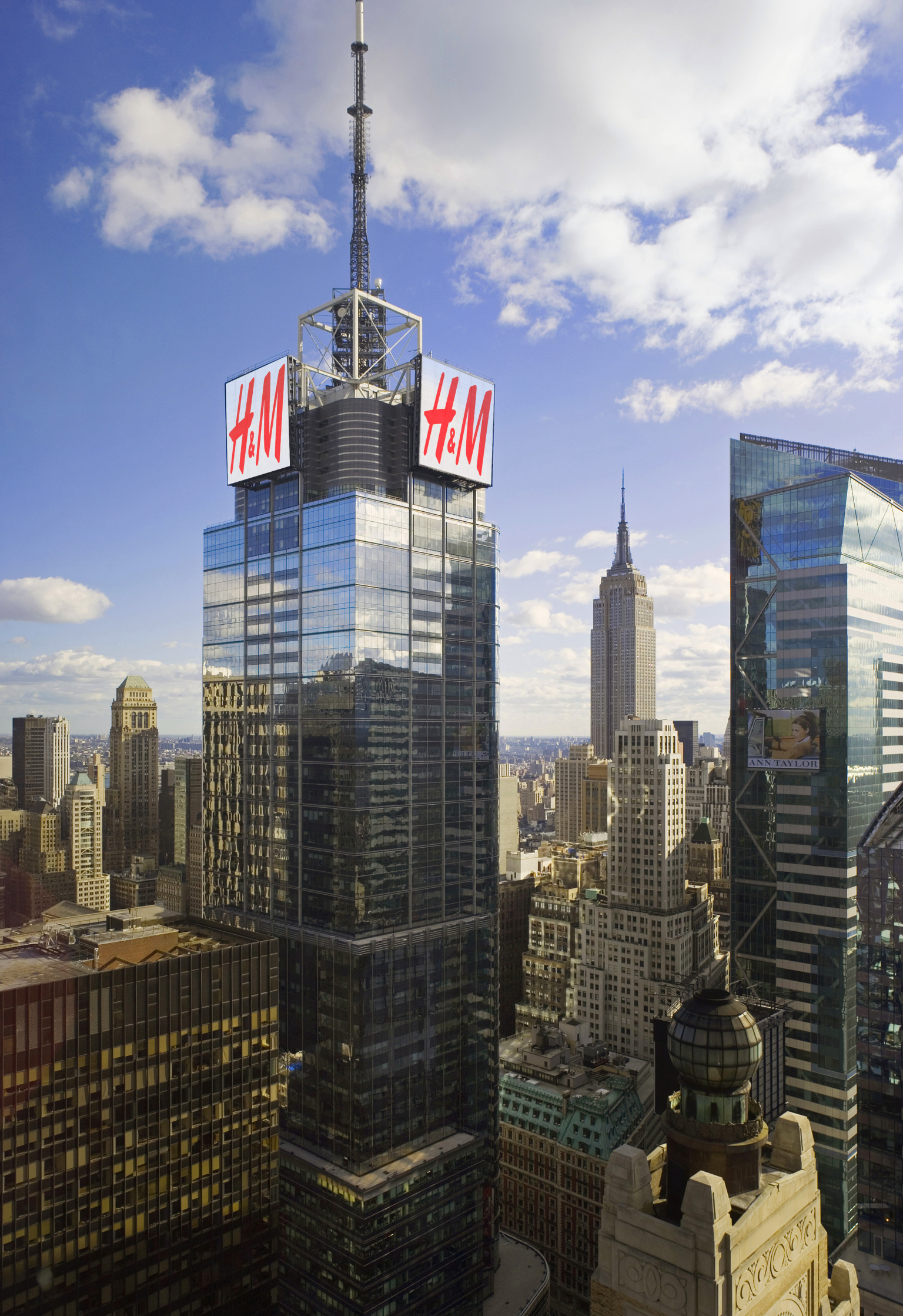H Amp M Signs Atop 4 Times Square To Change New York City Skyline