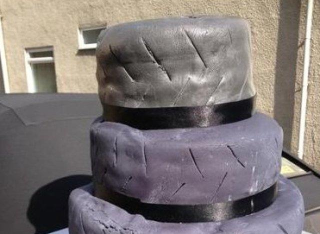 Déçue par son gâteau de mariage raté, elle le met en vente sur ...