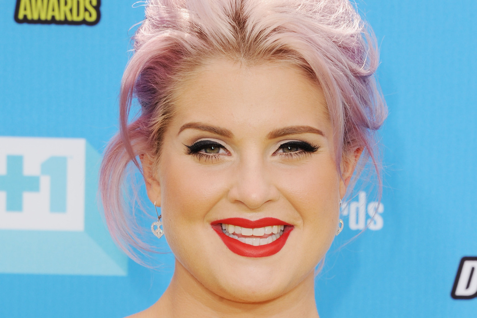 kelly osbourne's bangs are a new way to wear purple hair (photos