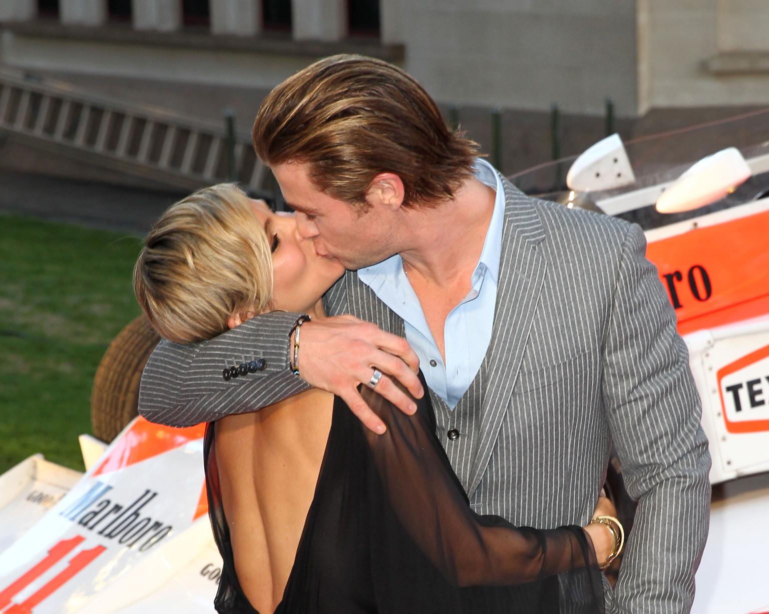 Chris Hemsworth And Elsa Pataky Share A Major Pda Moment