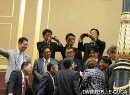 Una delegación de Japón presencia las goteras en el hemiciclo del Congreso