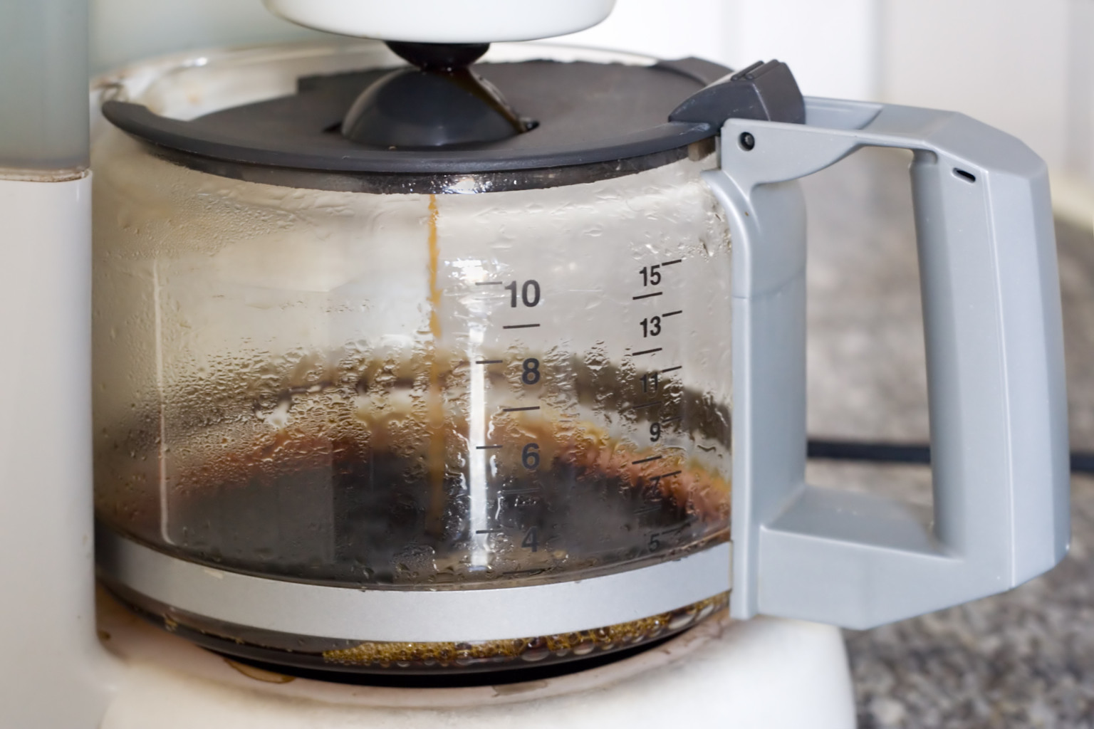 remove coffee stains from glass pots quickly and easily huffpost. Black Bedroom Furniture Sets. Home Design Ideas