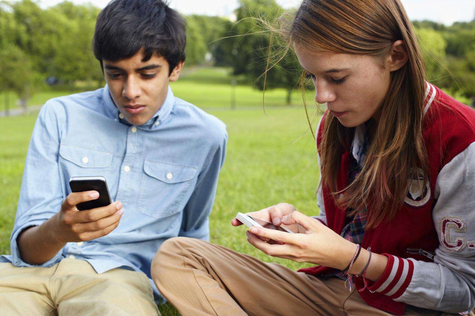 Resultado de imagen de people tweeting