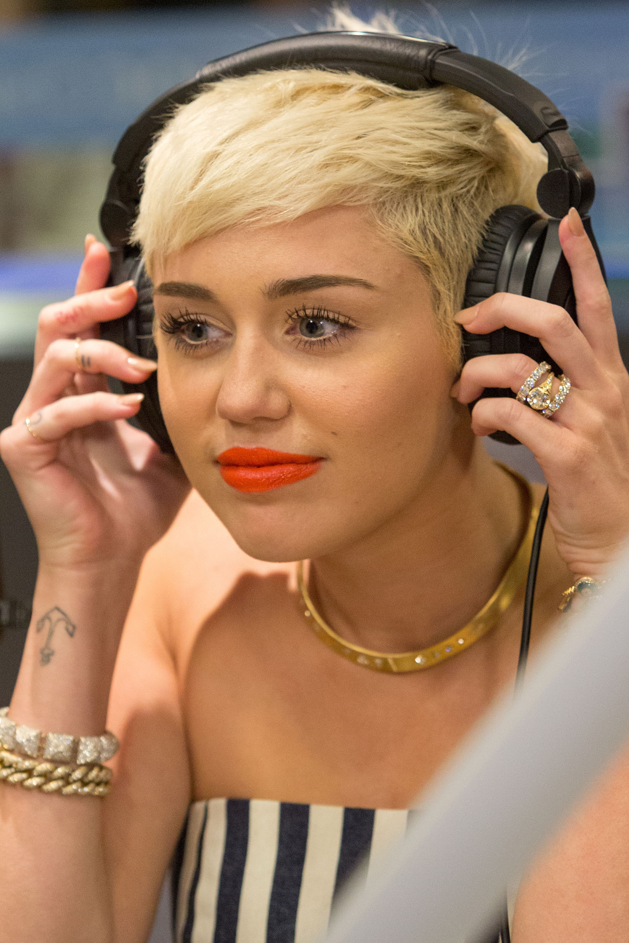 Miley Cyrus Keeping $100,000 Engagement Ring Post-Split ...
