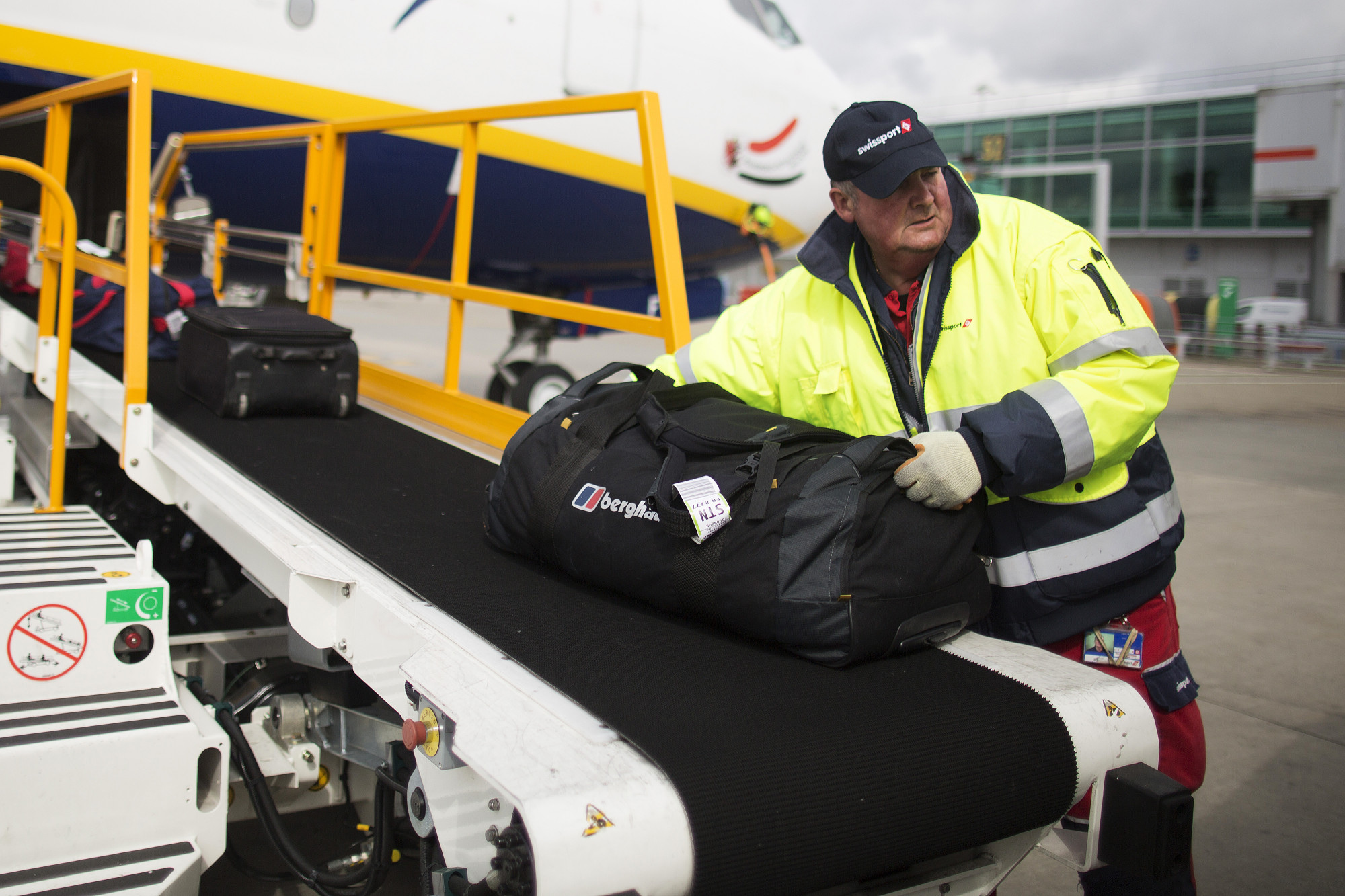case study on d i a baggage handling Case 2: schiphol international hub they are trying to increase efficiency of their baggage handling system what were the problems faced by income in this case.
