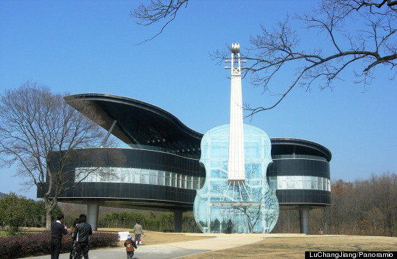 Grand piano and violin shaped house in china is the for Architecture t scale