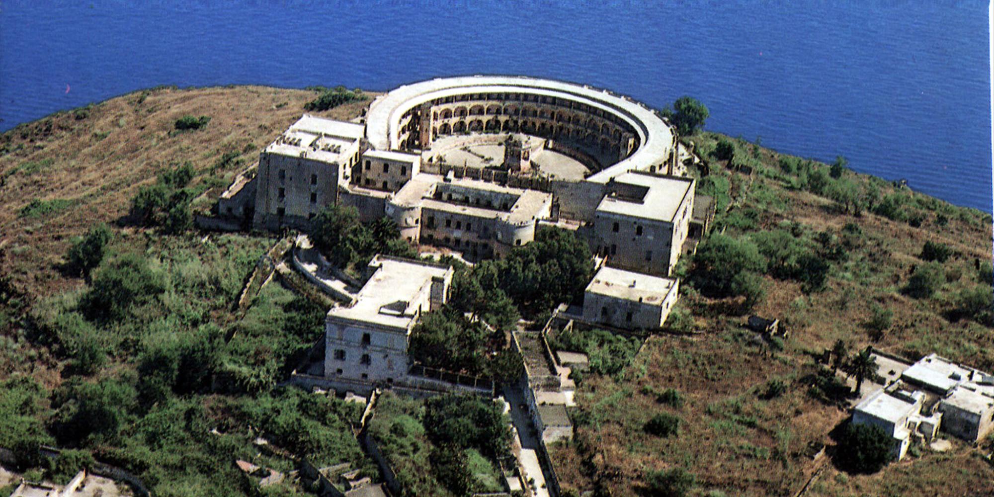 Isola Santo Stefano Italy  city pictures gallery : Isola di Santo Stefano in vendita. Nel suo penitenziario fu detenuto ...