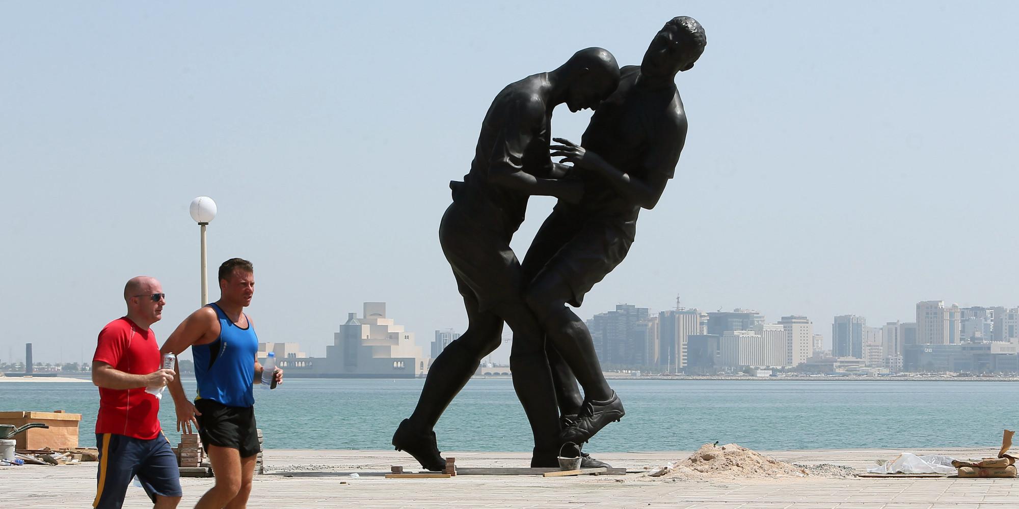 au qatar  la statue  u0026quot coup de t u00eate u0026quot  de zidane et materazzi