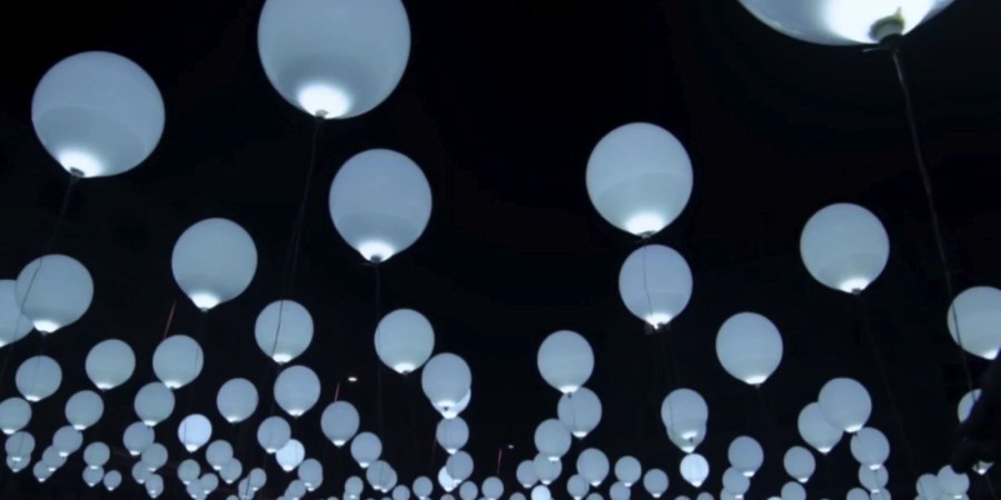 Glow in the dark water balloons - 265 Glowing Balloons Make For A Massive And Mesmerizing Kinetic Sculpture Huffpost