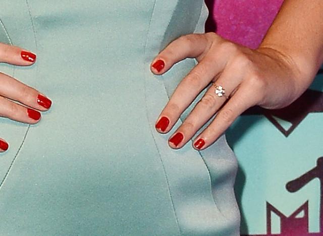 Diamantring verlobung  Ist Katy Perry verlobt? Bei den EMAs trug die Sängerin einen ...