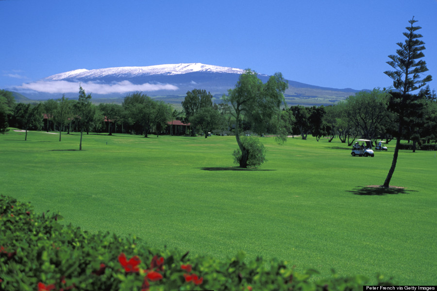 View οf snow-enclosed Mauna Kea frοm a Hυɡе Island golf course.