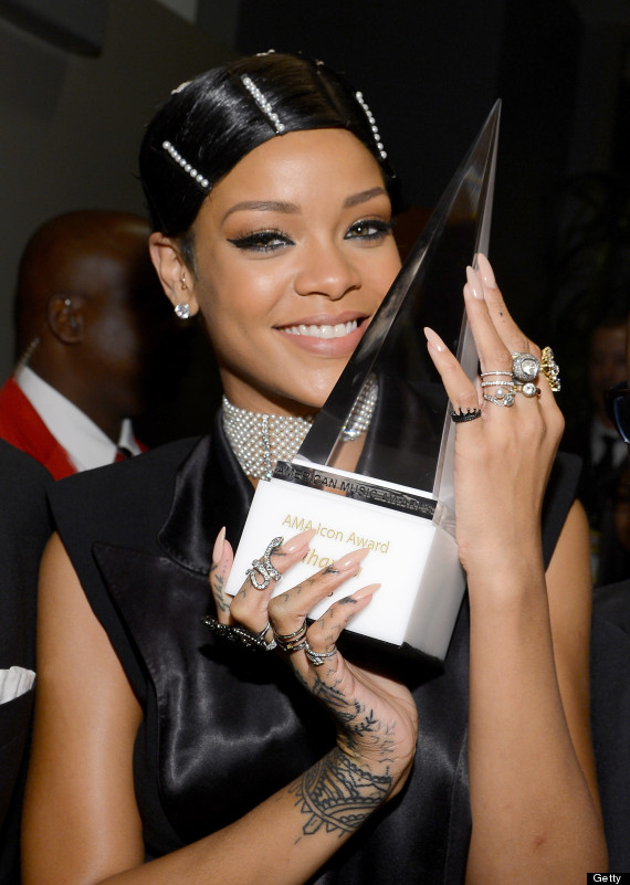 Rihanna S Hair At The Ama Is Actually Not A Real Hairstyle It S A Doobie Wrap Photos Huffpost