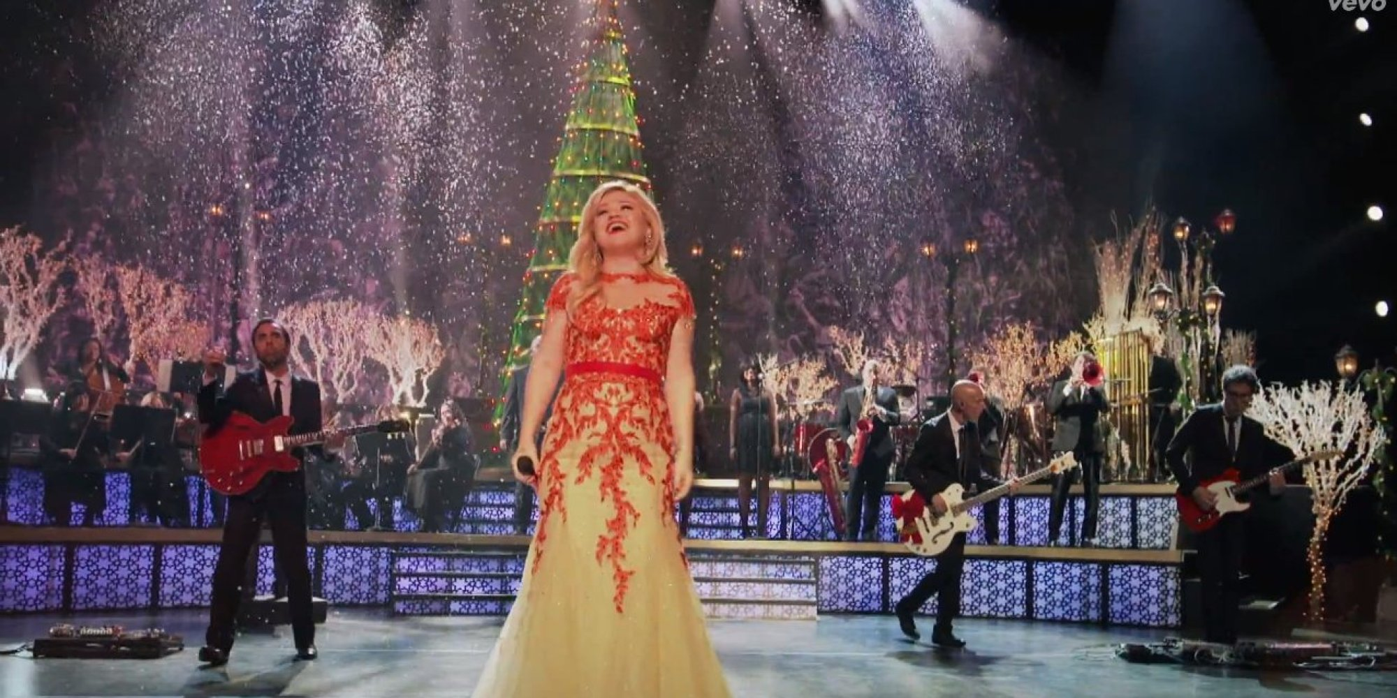 'Underneath The Tree' Video Gets Kelly Clarkson In The