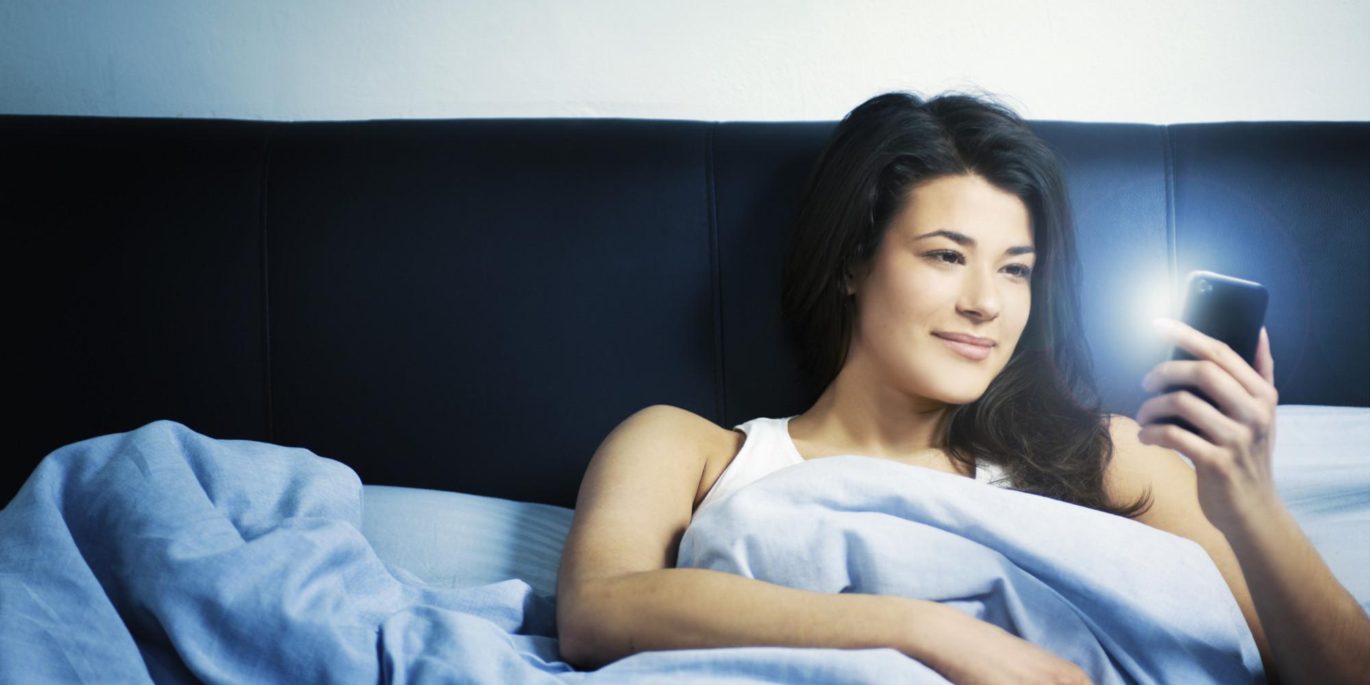Los riesgos de dormir con el movil encendido