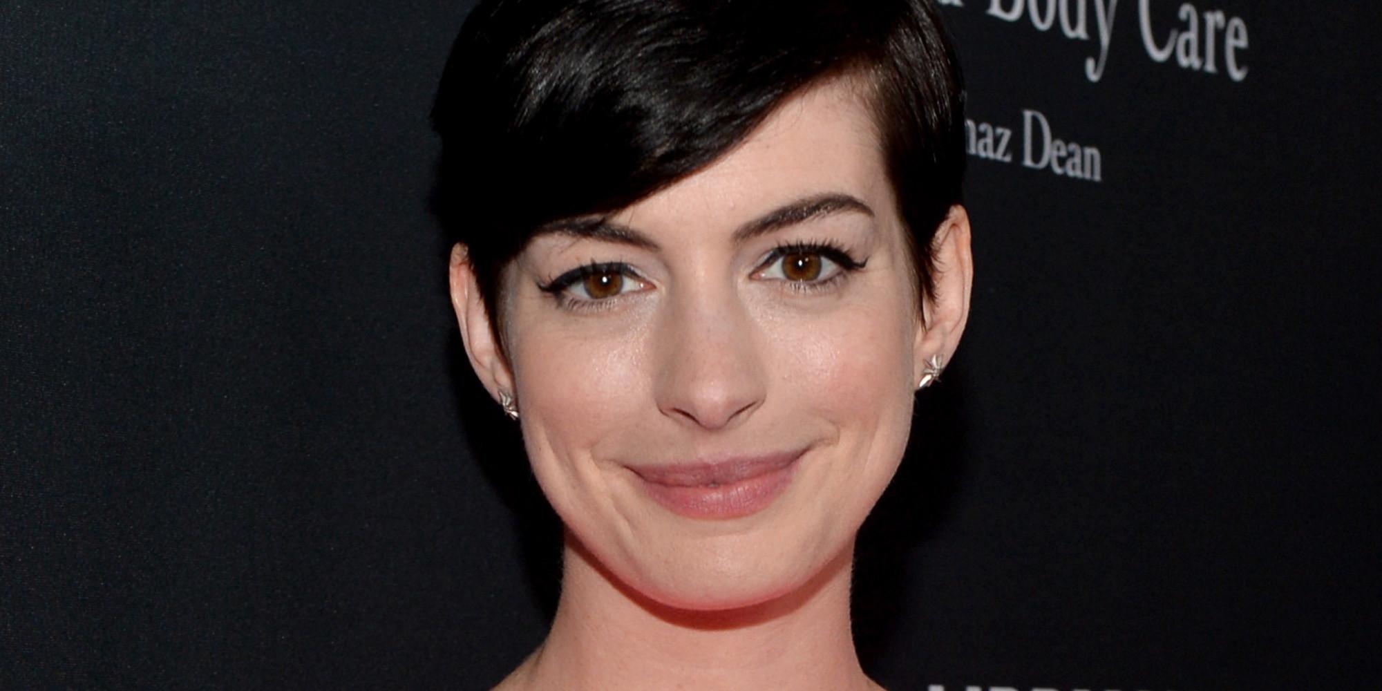 Anne Hathaway manque de se noyer et se blesse au pied Anne Hathaway Facebook