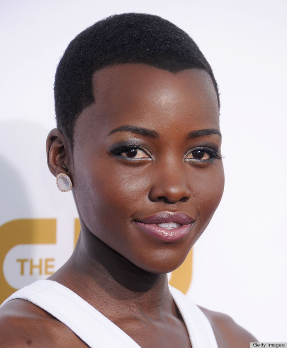 how to style widows peak hair lupita nyong o fakes a widow s peak at the critics choice 8092