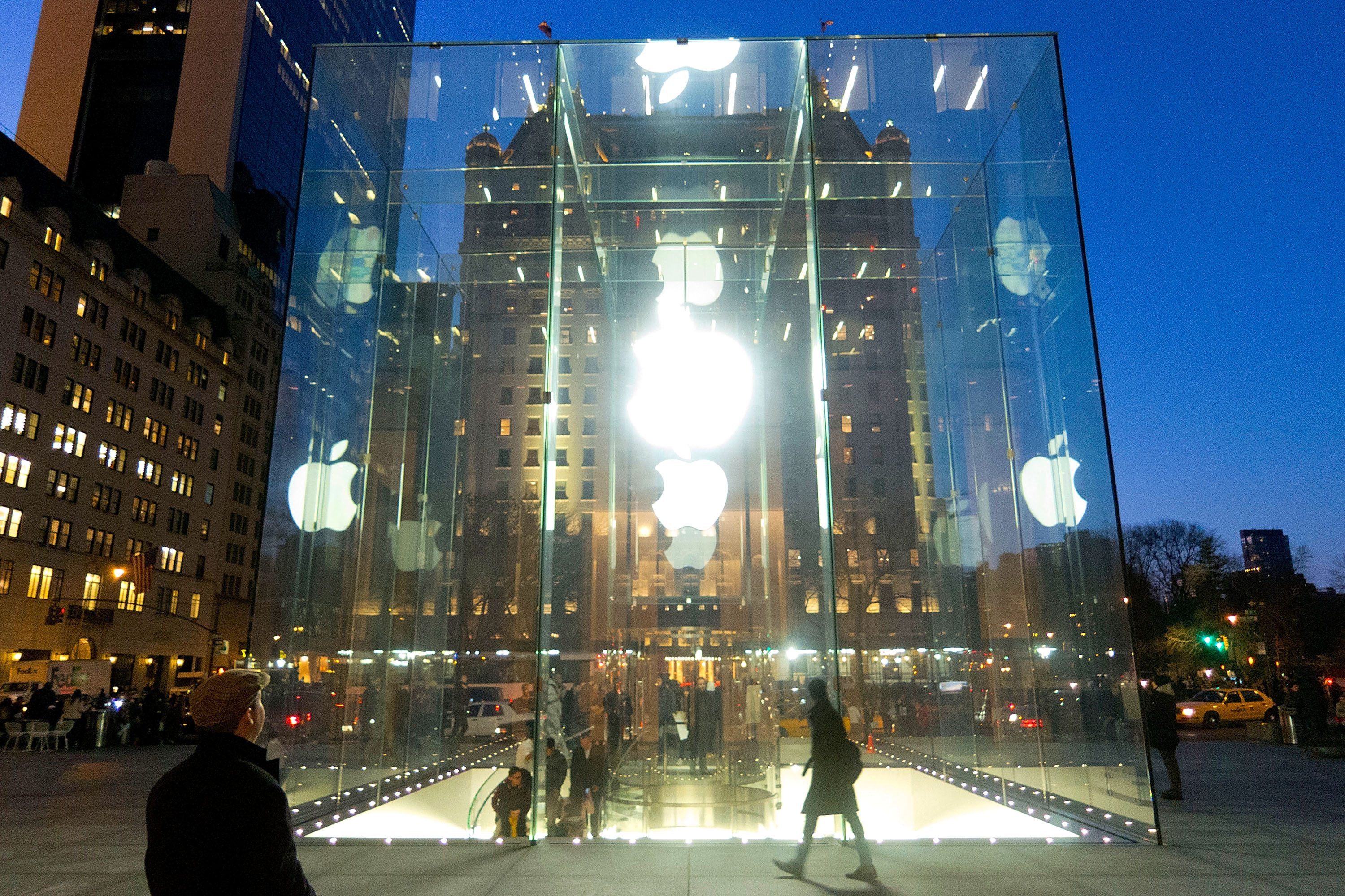 Apple\'s \'Cube\' Store On Fifth Avenue Cracked During New York Winter ...