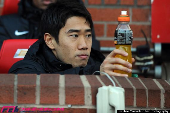 一転、真剣な顔で試合を見つめる香川選手。