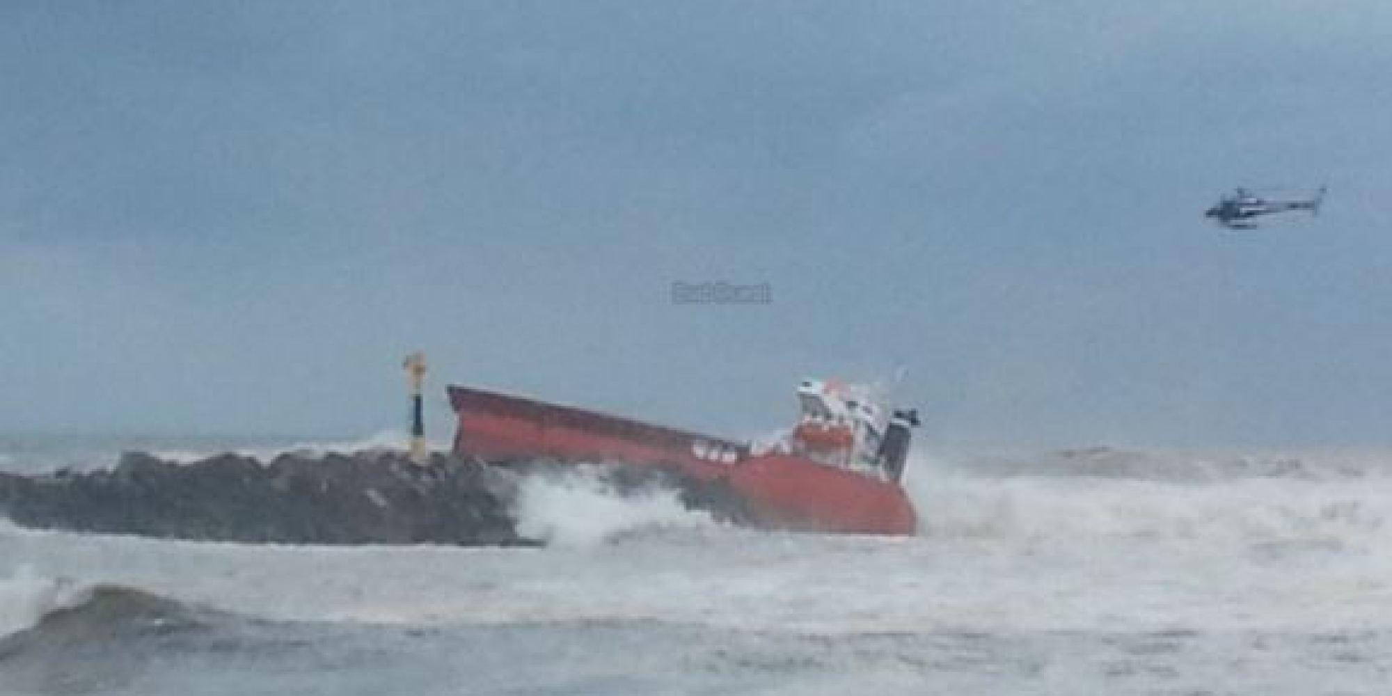 Photos un cargo espagnol s 39 choue anglet un marin for Le bureau anglet