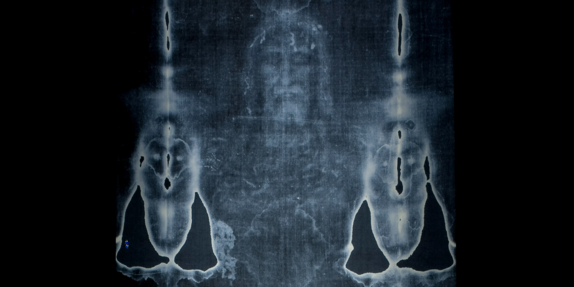 the shroud of turin The shroud of turin is a 14' 5 x 3' 7 linen cloth that holds the image of a crucified man that matches the description of the manner in which jesus of nazareth was crucified the front and the back of the crucified man is shown, the front on one end of the cloth and the back on the other end with the head meeting towards the middle.