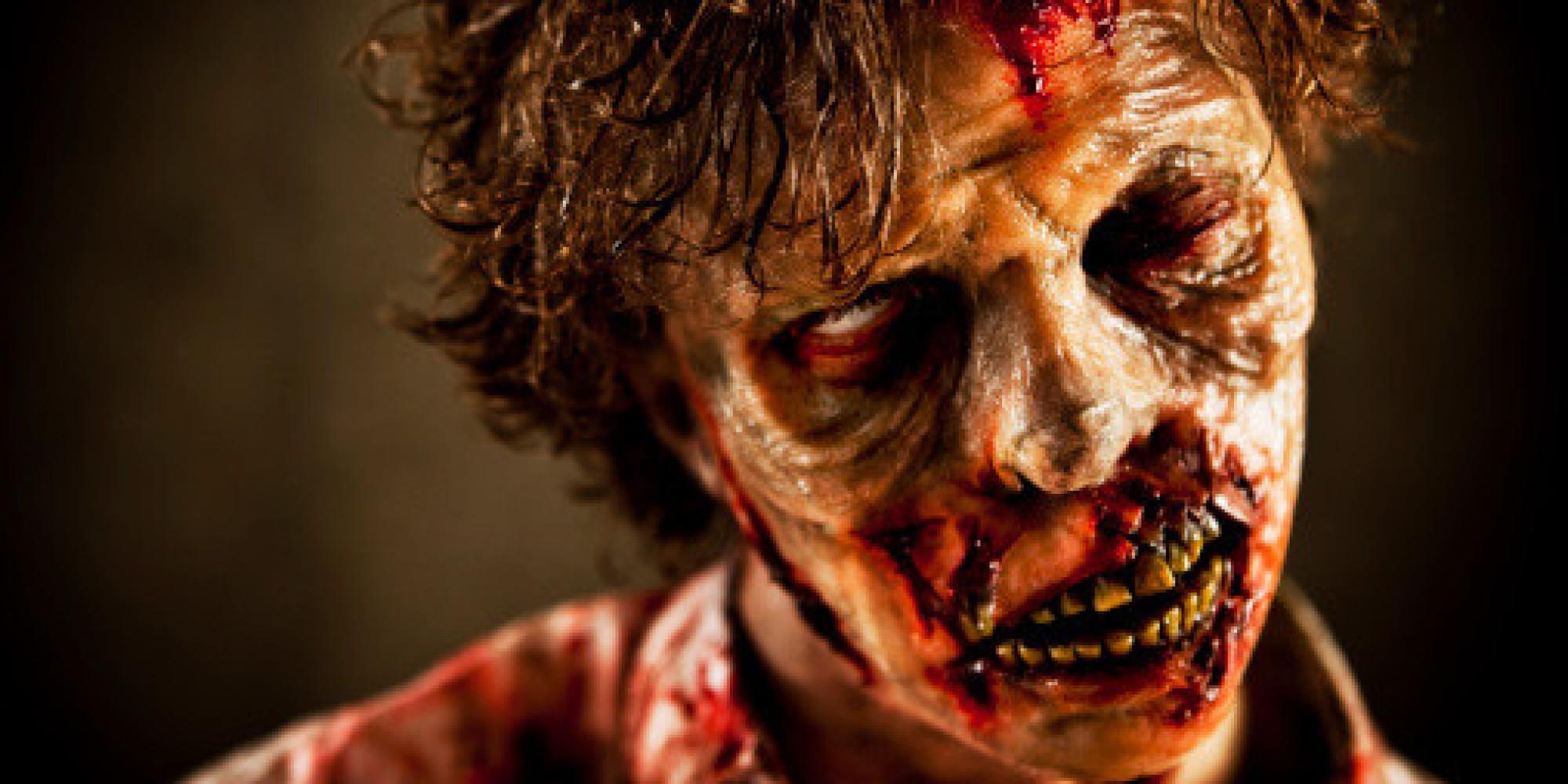 うつろな目に剥き出しの歯が迫力のあるゾンビ