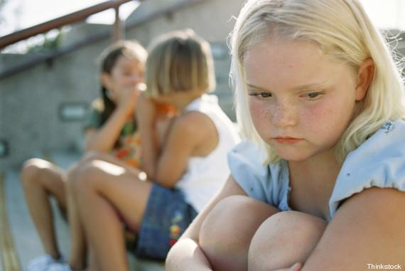 menina introvertida