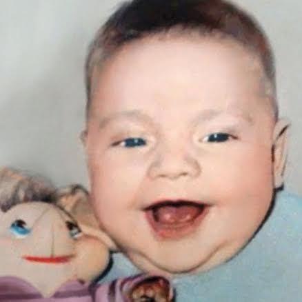 Esta foto muestra a un bebé de dos meses con su juguete favorito