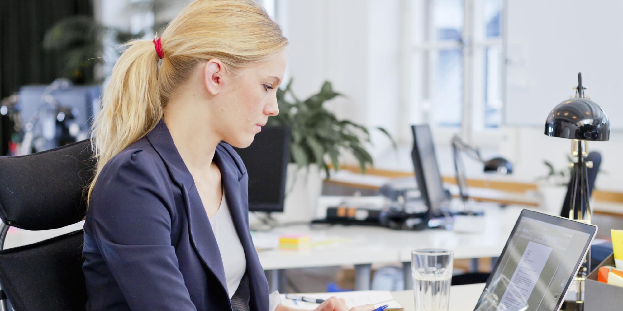 o-PRETTY-WOMAN-DESK-OFFICE-facebook Saat Jenuh dengan Pekerjaan, Lakukan 7 Hal Ini Untuk Kembali Mencintai Profesimu
