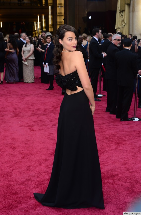 Margot Robbie S Oscar Dress 2014 Is Dark And Sexy Like Her New Hair Photos Huffpost Life
