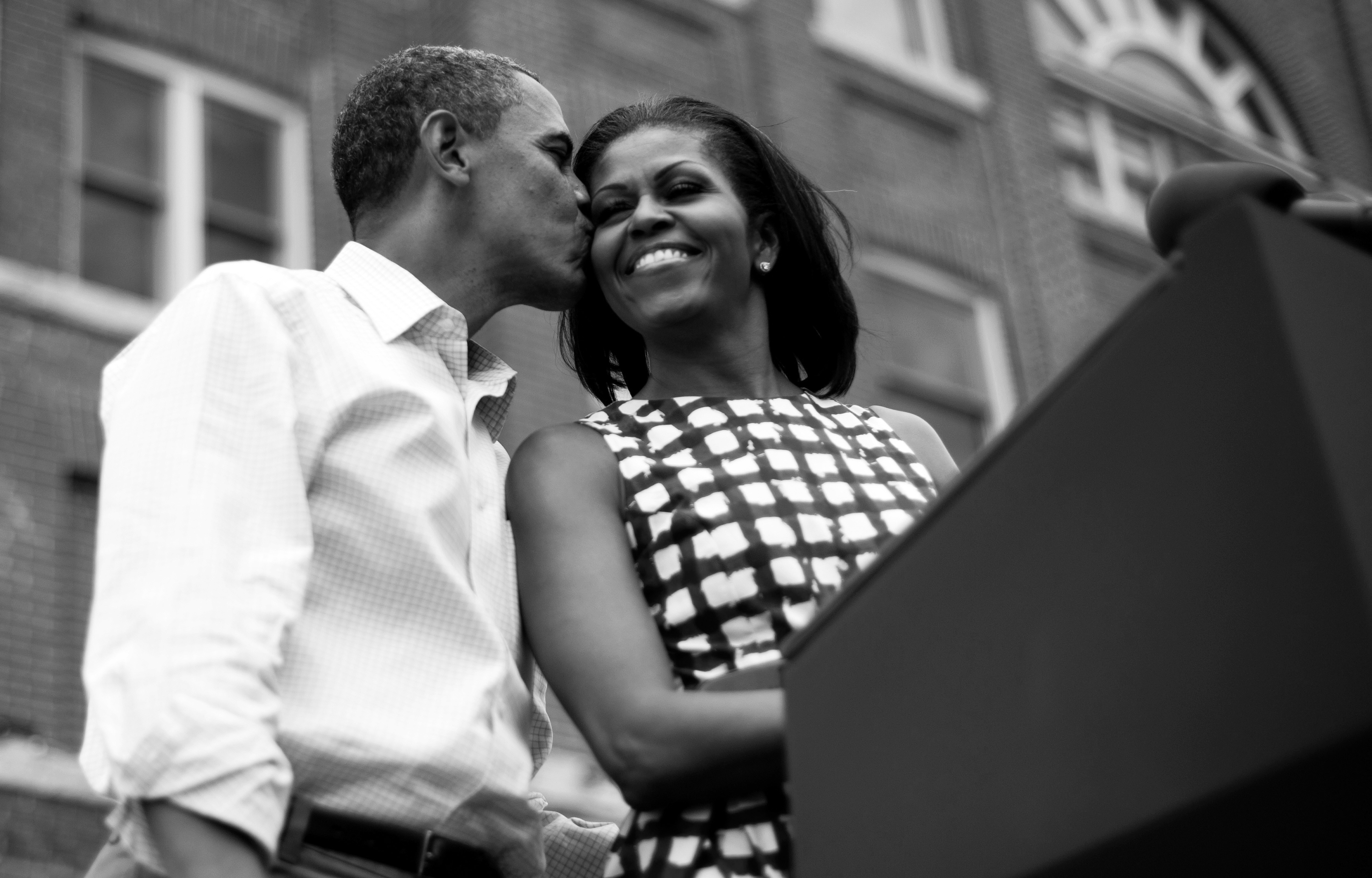 Barack michelle obama kiss