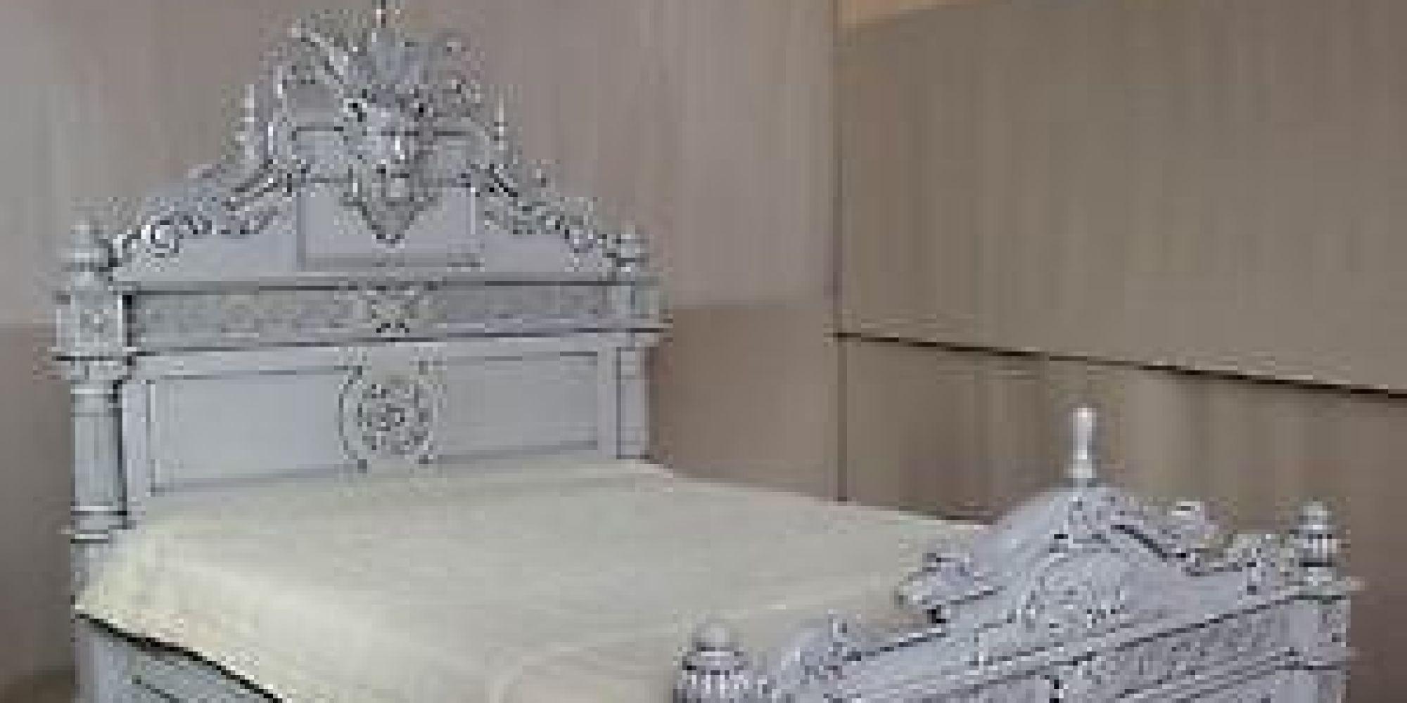 vendre un lit bicentenaire habit par un esprit. Black Bedroom Furniture Sets. Home Design Ideas