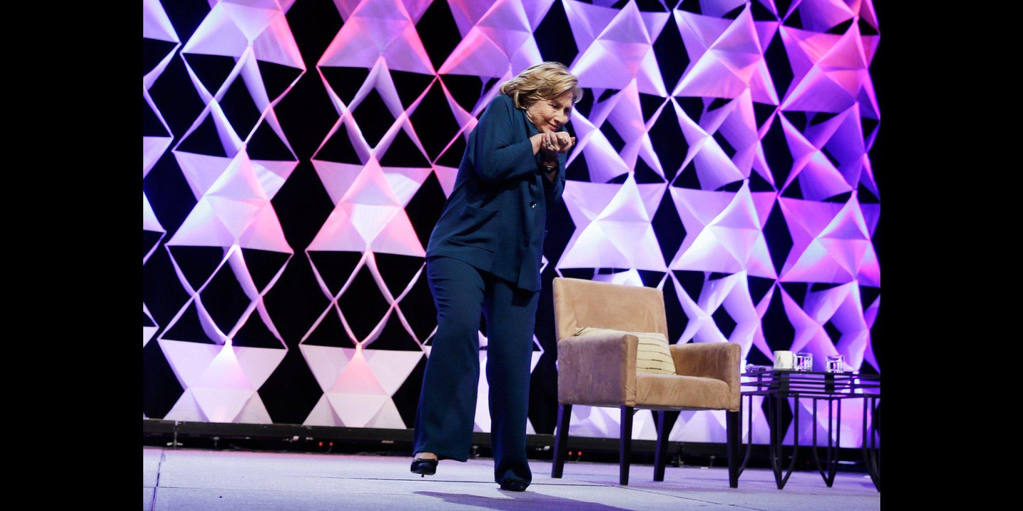 クリントン前アメリカ国務長官、講演中に靴投げられる シェア  ヒラリー・クリントン前アメリカ国務