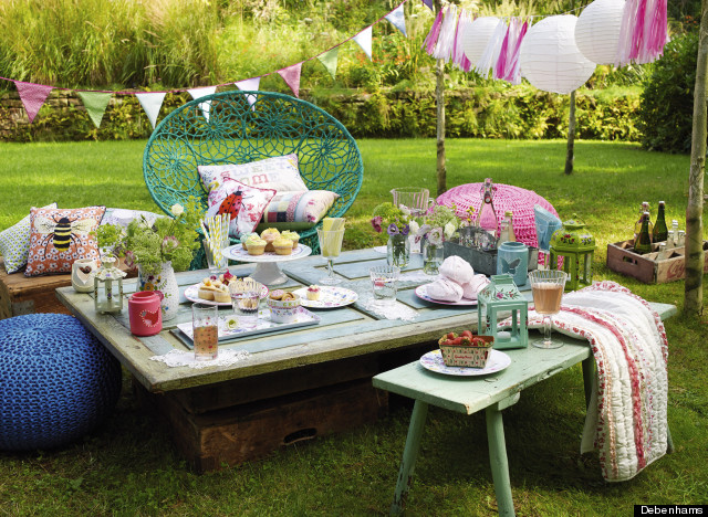 Easy ways to get your garden and dining room ready for a party for Sofas para jardines exteriores