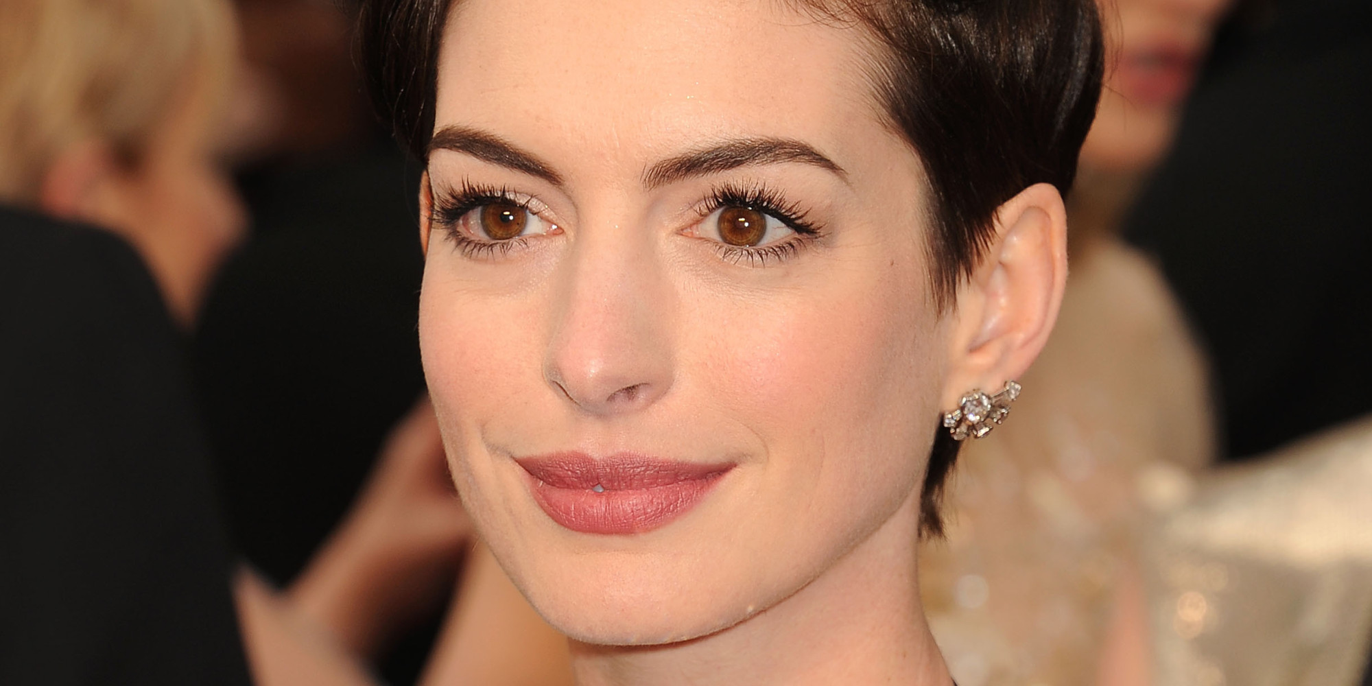How Many Ways Can Anne Hathaway Style Her Pixie Cut ... Anne Hathaway Facebook