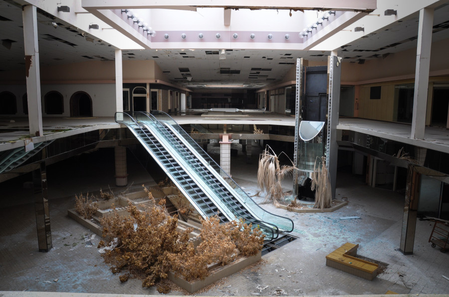 Eerie photos of abandoned malls reveal a decaying side of for Dream store firenze