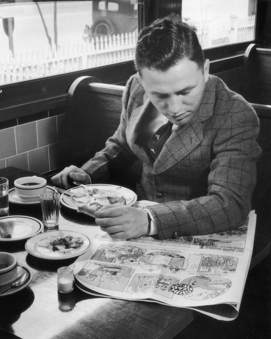 Una persona cena y lee el periódico (Fuente: http://i.huffpost.com/gen/1768830/thumbs/o-51239785-900.jpg?1)