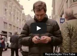 El vídeo que querrás mandar a los que no dejan de mirar el móvil
