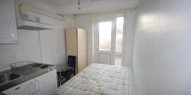 wohnungsnot schlafzimmer k che bad in einem zimmer diese wohnung kostet ber 900 euro im monat. Black Bedroom Furniture Sets. Home Design Ideas