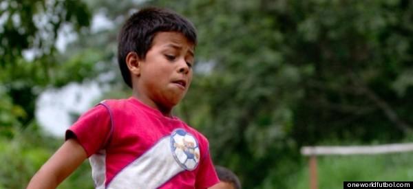 Este balón de fútbol indestructible está ayudando a millones de niños