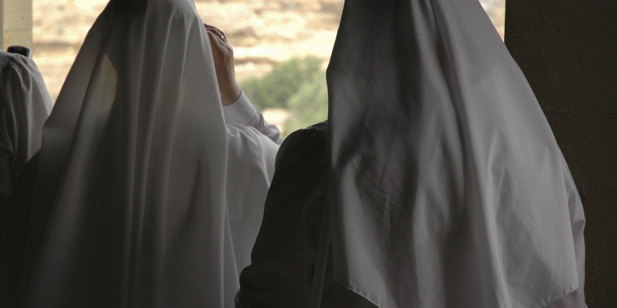 Dos monjas cuelgan los hábitos para casarse