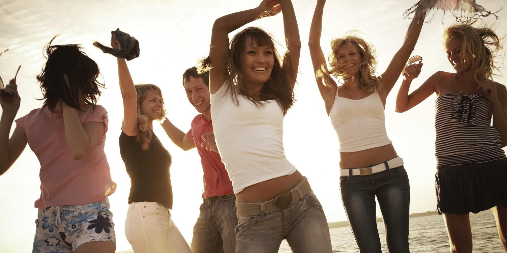 Танцы девушек на пляже 8 фотография