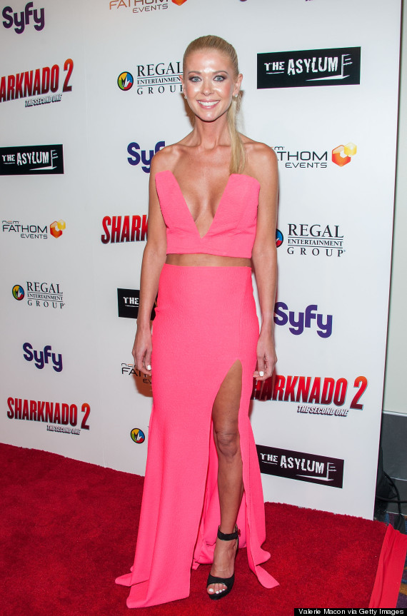 Tara Reid Drops All The Jaws In Revealing Pink Ensemble On The Sharknado 2 Red Carpet Huffpost