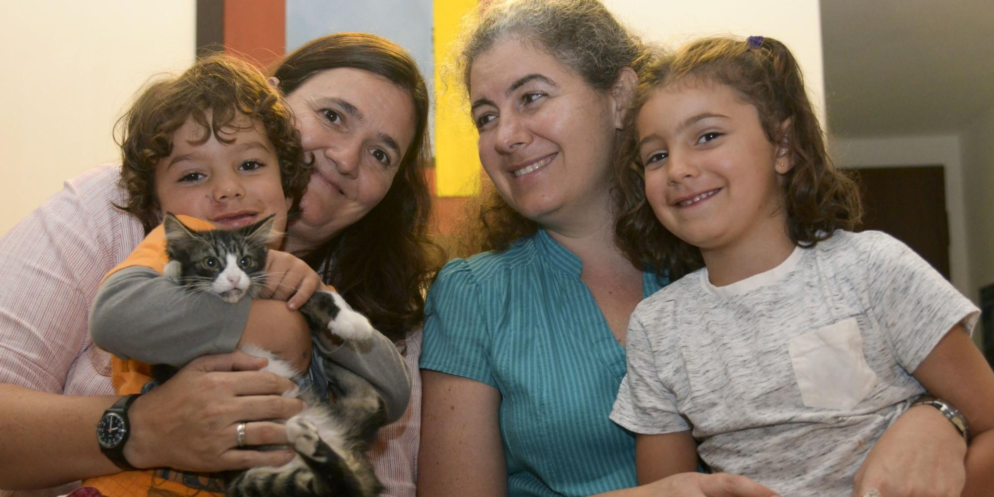 Ana Elisa Leiderman y Verónica Botero, coppia che ottenne l'affidamento per legami biologici (www.huffingtonpost.com)