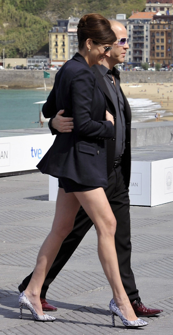 Julia roberts shows off her legs in spain photos huffpost julia roberts shows off her legs in spain photos voltagebd Choice Image